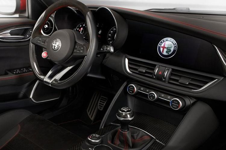 Alfa Romeo Giulia Saloon 2.0 T 200PS Super 4Dr Auto [Start Stop] [Driver Assistance Plus] inside view